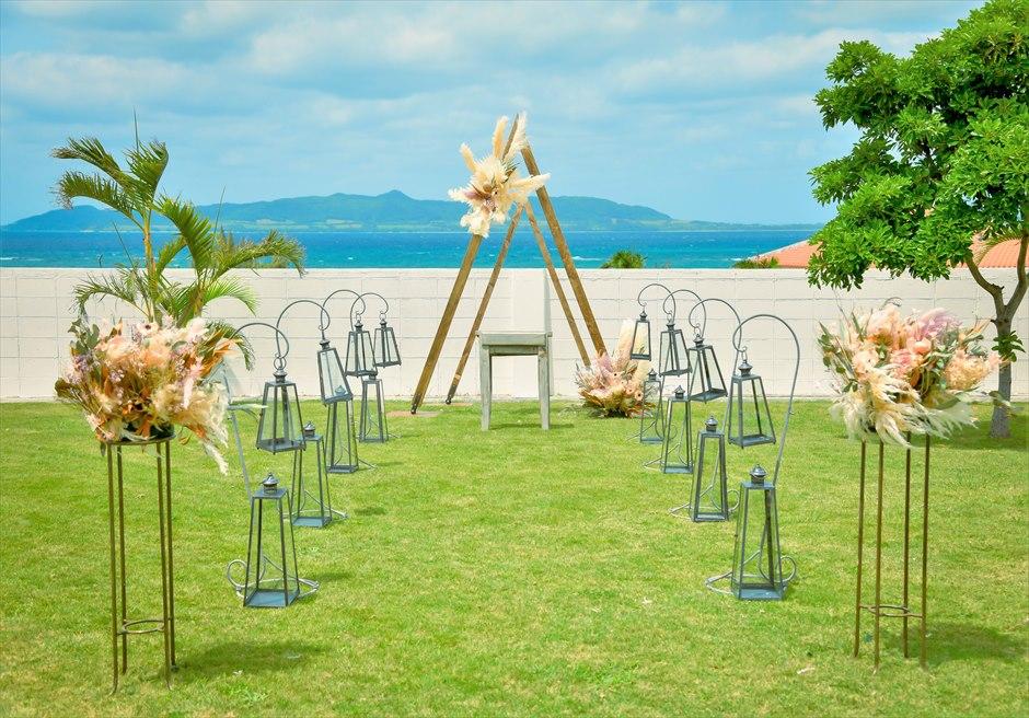 海邦フサキ石垣島・沖縄ヴィラ挙式 オーシャンフロント・ガーデン・ウェディング アーチ越しに真っ青な海が広がる