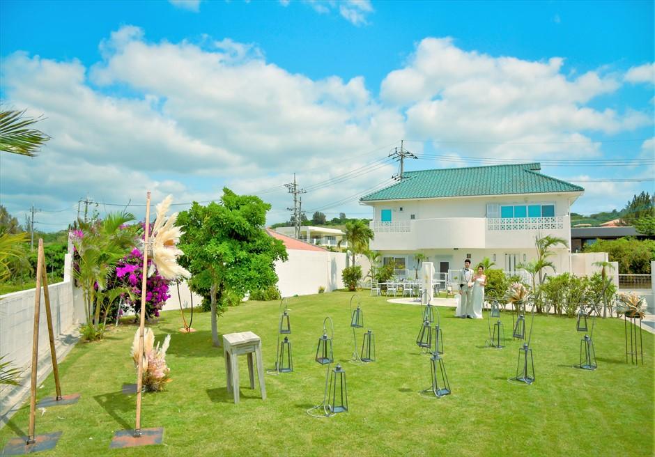 海邦フサキ石垣島・沖縄ヴィラ挙式 オーシャンフロント・ガーデン・ウェディング ヴィラ別館を背後に入場シーン
