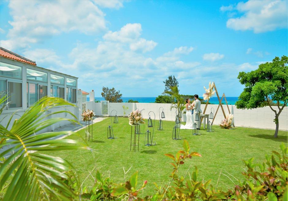 海邦フサキ石垣島・沖縄ヴィラ挙式 オーシャンフロント・ガーデン・ウェディング ヴィラ本館を望む挙式シーン