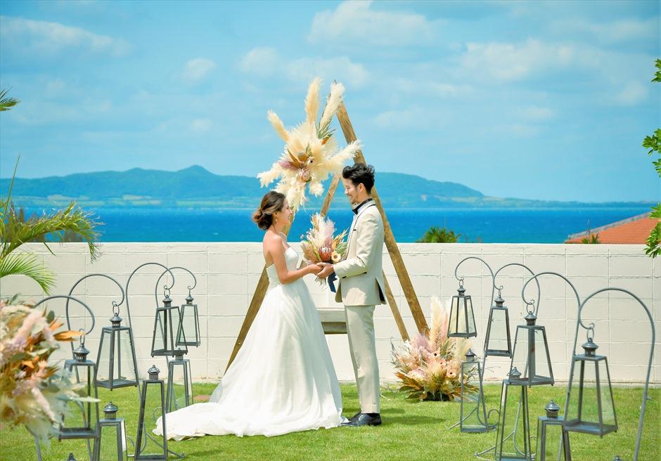 海邦フサキ石垣島・沖縄ヴィラ挙式 オーシャンフロント・ガーデン・ウェディング 絵画のような景色を一望する挙式シーン