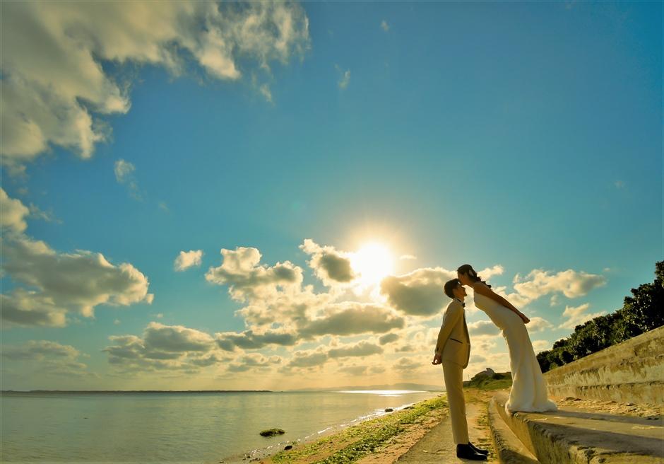 舟蔵の里・石垣島フォトウェディング敷地前の新川の海にて