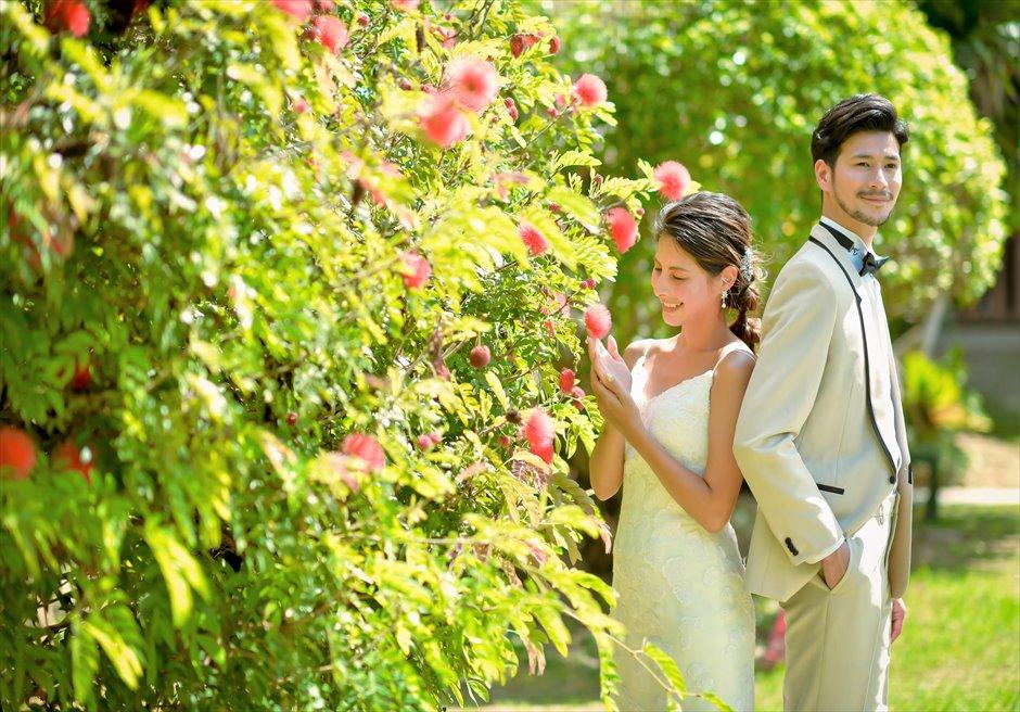 舟蔵の里・石垣島フォトウェディング花々が咲き乱れるガーデンにて
