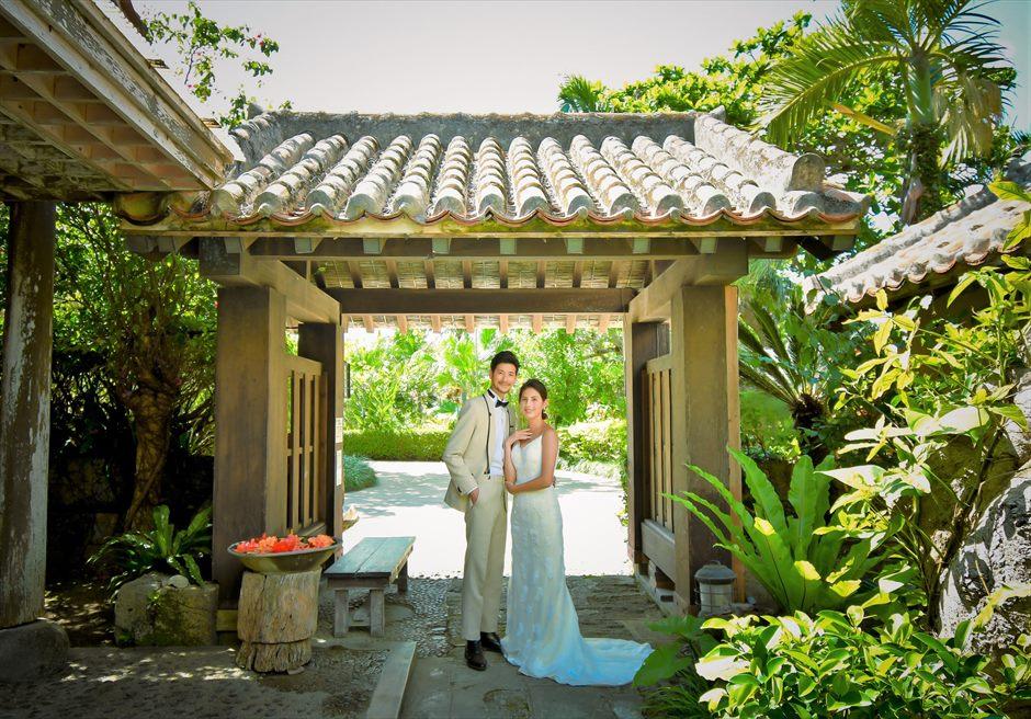 舟蔵の里・石垣島フォトウェディング沖縄建築琉球古民家前ゲートにて