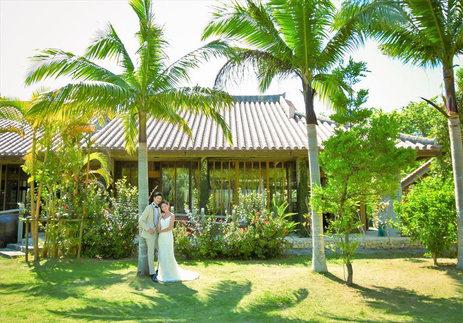 舟蔵の里・石垣島フォトウェディング沖縄琉球古民家を望むガーデンにて