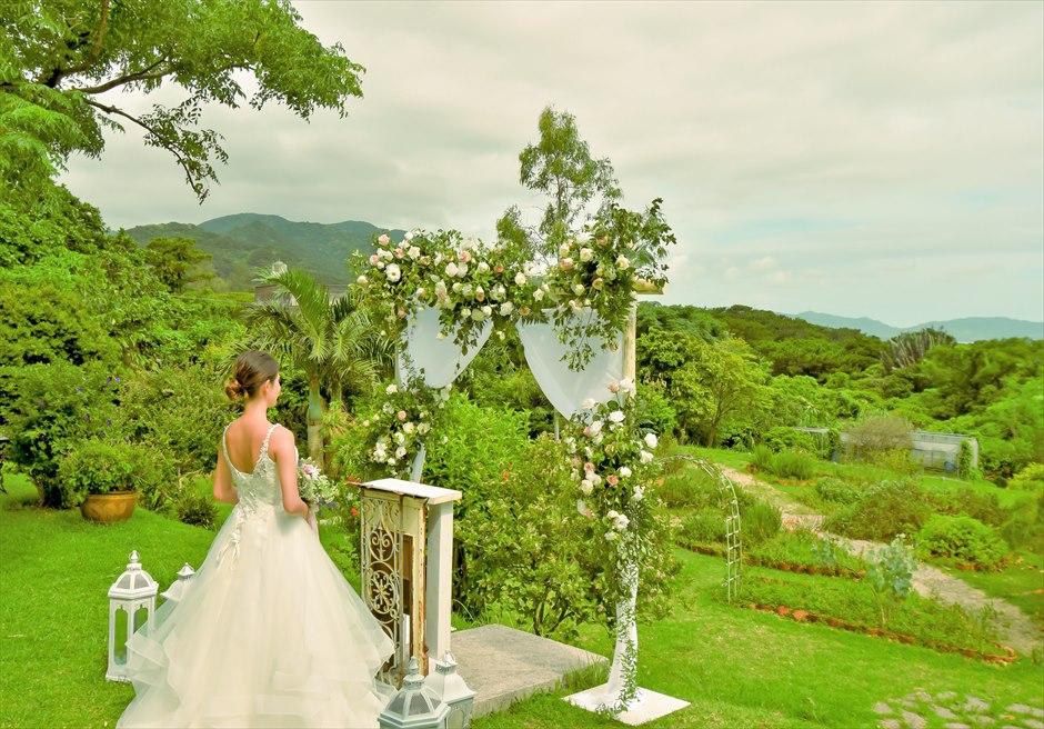 ハーブ・ガーデン・パナ石垣島沖縄結婚式│ヒーリング・ウェディング│祭壇越しにハーブガーデンと海を一望する