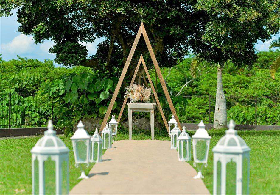 ホテル海邦川平・石垣島沖縄結婚式 ヘブンズ・ドア・ガーデン・ウェディング トライアングルアーチ&ホワイトランタン