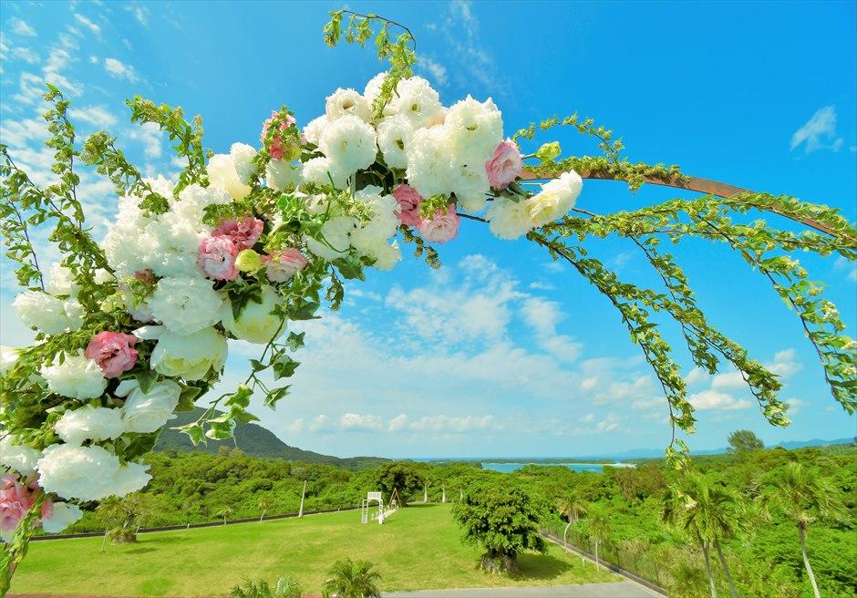 ホテル海邦川平石垣島・沖縄結婚式│インフィニティ・ウェディング│アーチ生花装飾