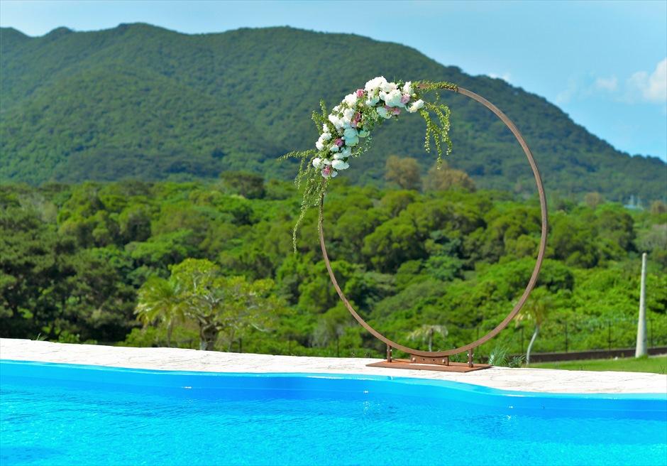 ホテル海邦川平石垣島・沖縄結婚式│インフィニティ・ウェディング│プールより緑深い山々を一望する