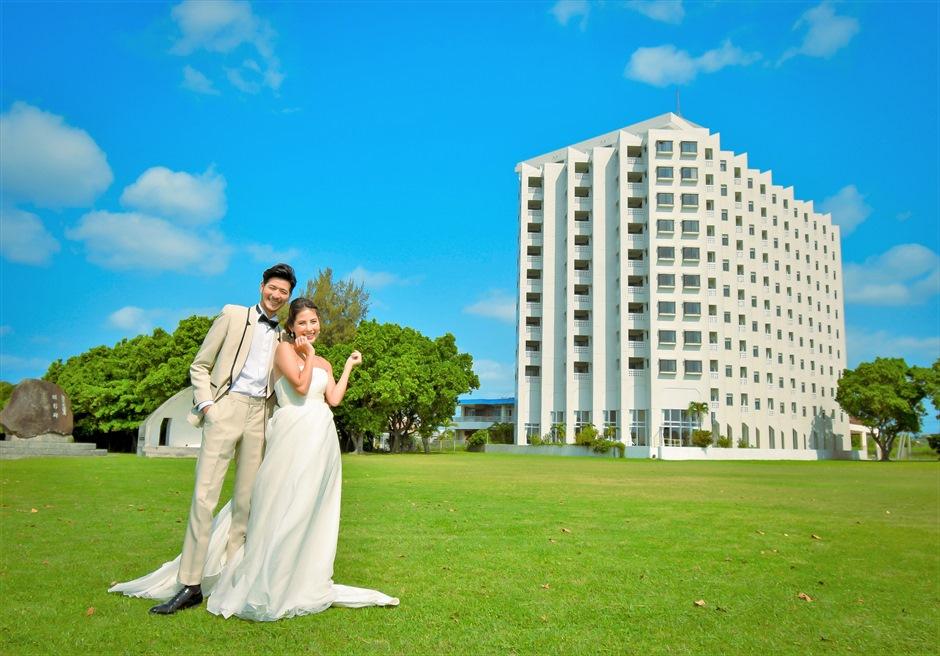 ホテル・ロイヤル・マリン・パレス石垣島ホテルを望む広大なガーデン挙式前撮影