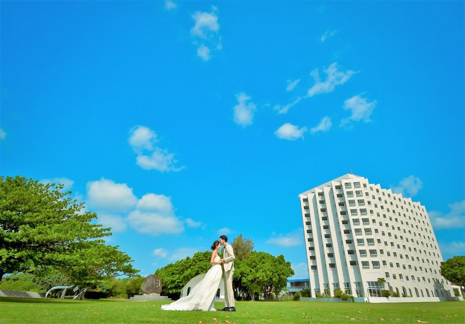ホテル・ロイヤル・マリン・パレス石垣島ガーデンよりホテルを一望する挙式前撮影