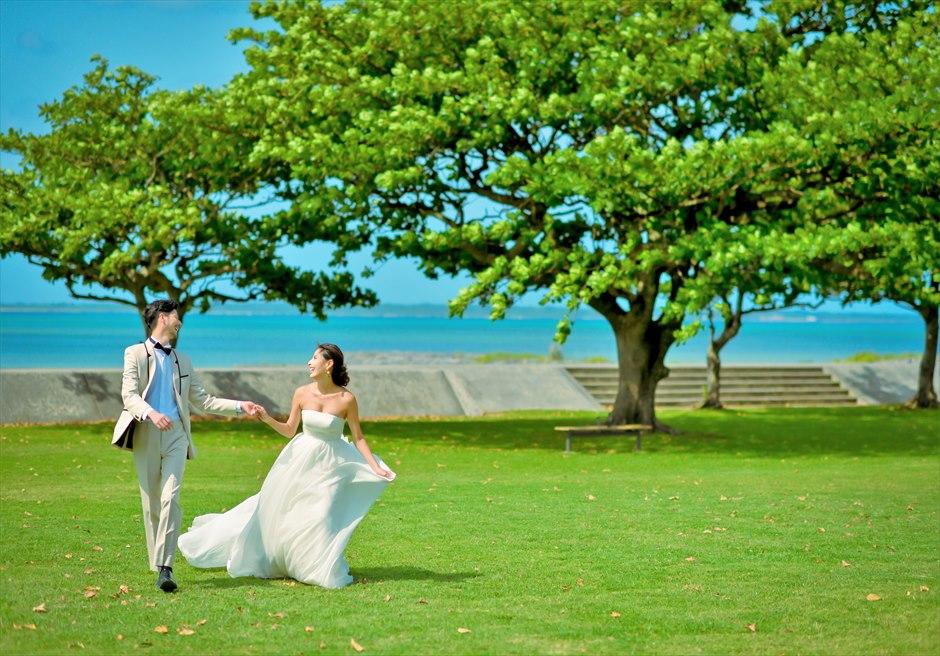 ホテル・ロイヤル・マリン・パレス石垣島青々した海を望むガーデンにて挙式前撮影