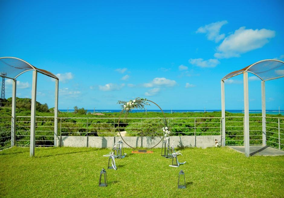 西表結婚式・ジャングル・ホテル・パイヌマヤ オーシャンビュー・ルーフトップ・ガーデン 遠く西表島の海を一望する挙式会場全景