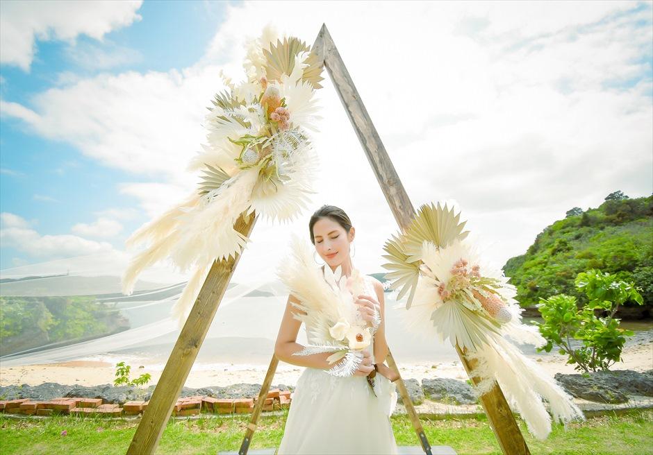 沖縄西表島結婚式ヴィラうなりざき オーシャンフロント・ガーデンウェディング 挙式会場アーチを使用したブライダル・フォト
