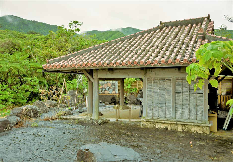 西表島結婚式・ジャングルホテル・沖縄挙式 パイヌマヤ・琉球ガゼボ・ウェディング 沖縄伝統の琉球建築の東屋