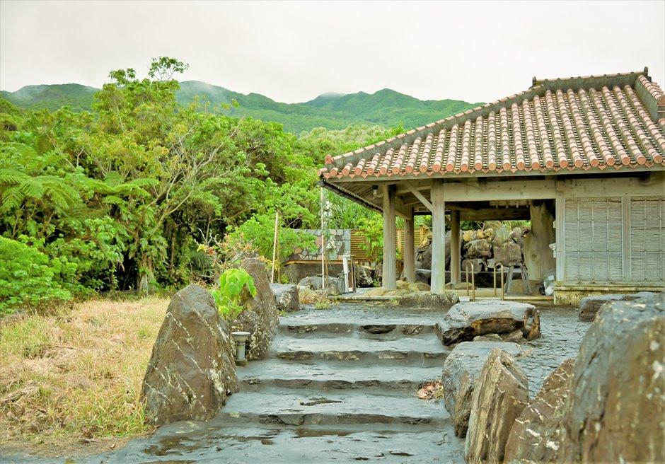 西表島結婚式・ジャングルホテル・沖縄挙式 パイヌマヤ・琉球ガゼボ・ウェディング 石畳の回廊の挙式会場アプローチ