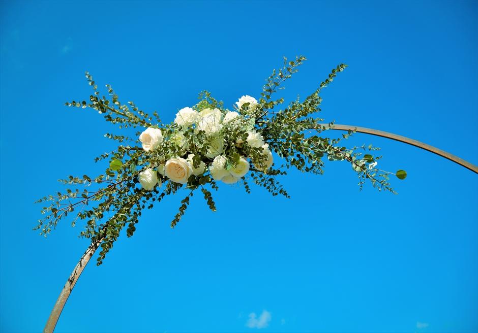 沖縄西表島結婚式ビーチフロント・デッキ挙式 ジャングル・ホテル・パイヌマヤ サークルアーチ生花装飾