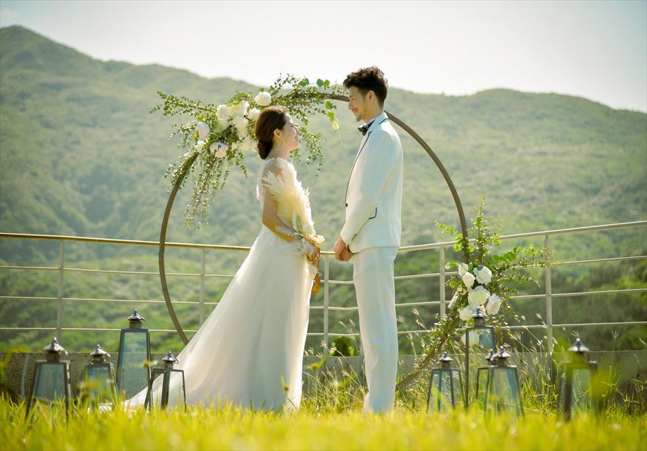 沖縄西表島挙式・ガーデン・ウェディング ジャングル・ホテル・パイヌマヤ結婚式 アーチ越しに緑深い山々が広がる