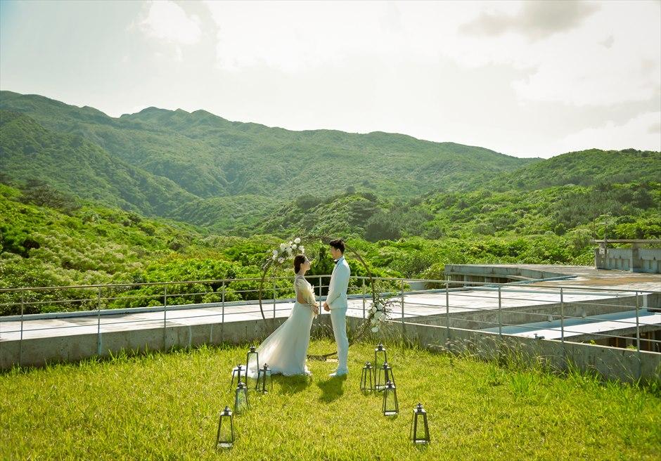 沖縄西表島挙式・ガーデン・ウェディング ジャングル・ホテル・パイヌマヤ結婚式 山々とジャングルを一望する挙式シーン