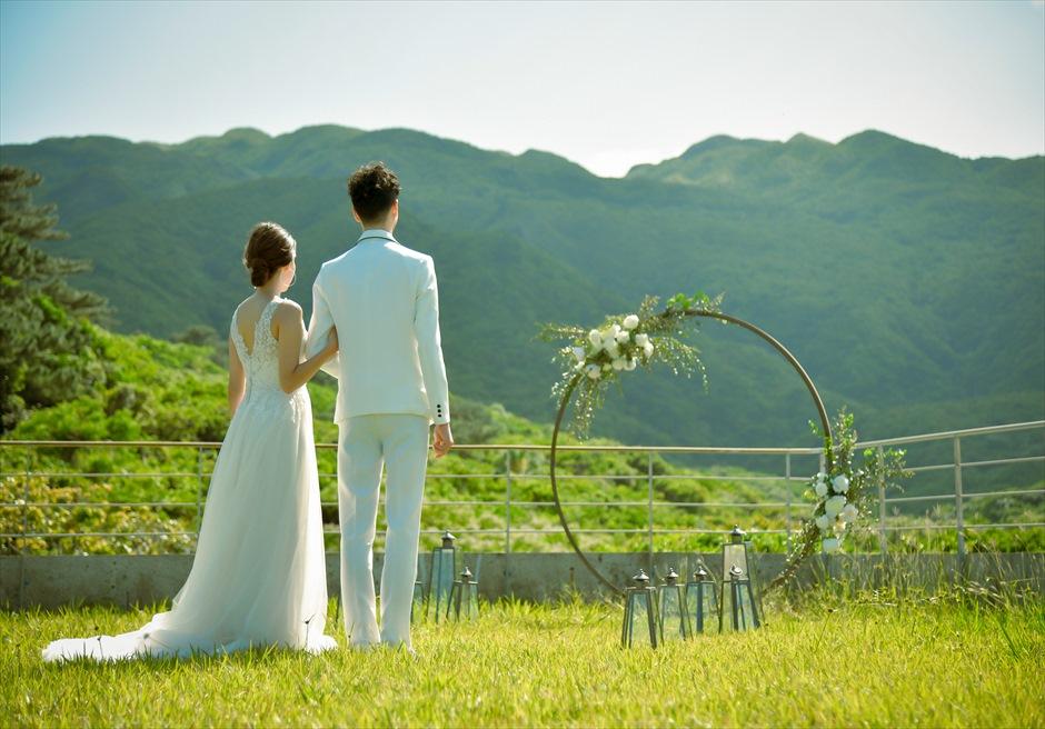 沖縄西表島挙式・ガーデン・ウェディング ジャングル・ホテル・パイヌマヤ結婚式 目の前に聳え立つ山々を望む入場シーン