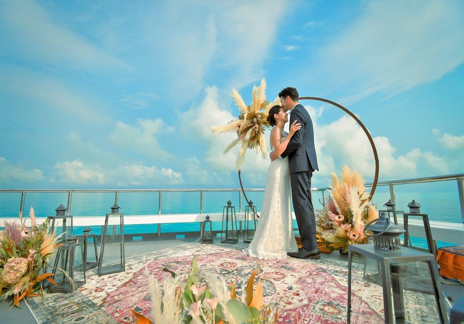 沖縄石垣島 竹富島小浜島の近海環礁上 アイランド・クルージング・ウェディング 空と海のコントラストが美しい挙式シーン