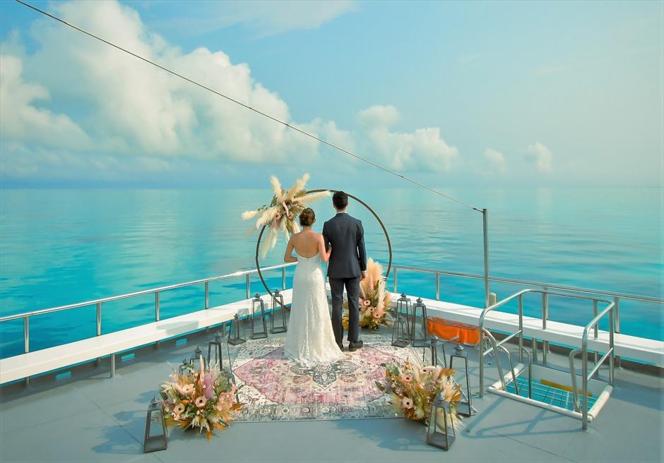 沖縄石垣島 竹富島小浜島の近海環礁上 アイランド・クルージング・ウェディング 目の前に大海が広がる挙式シーン