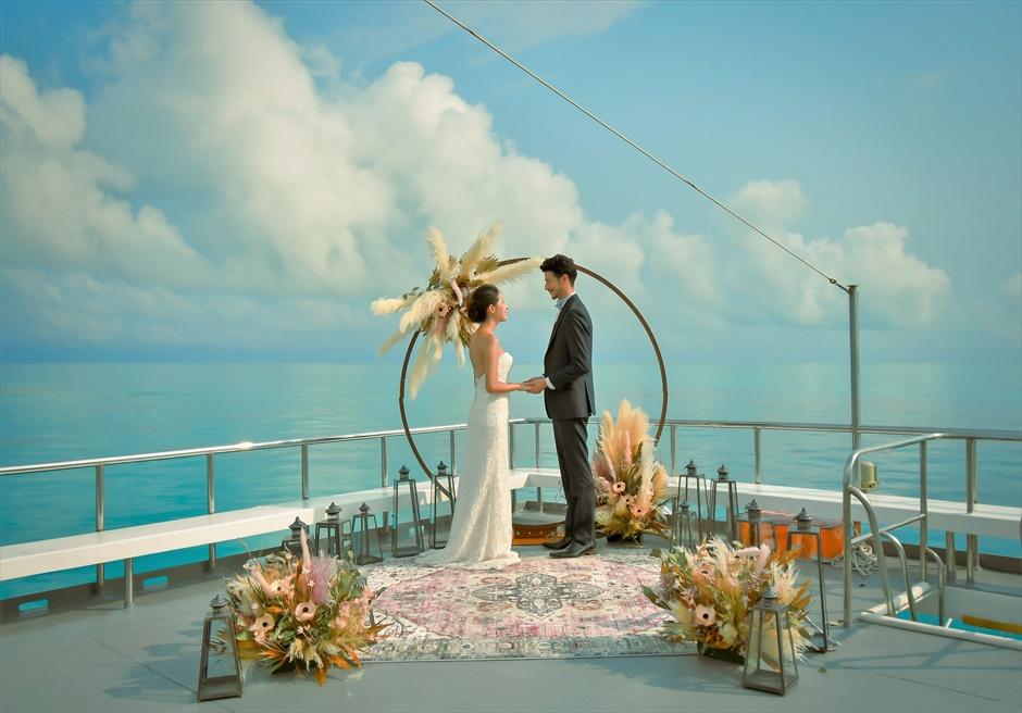 沖縄石垣島 竹富島小浜島の近海環礁上 アイランド・クルージング・ウェディング どこまでも美しい海が広がる挙式シーン