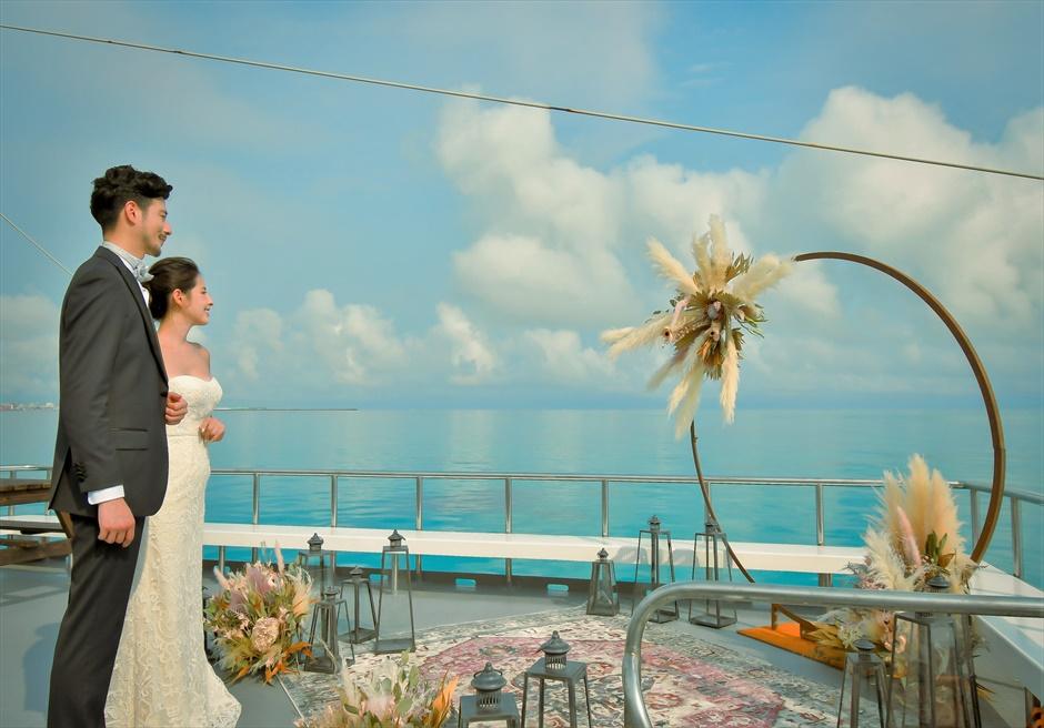 沖縄石垣島 竹富島小浜島の近海環礁上 アイランド・クルージング・ウェディング 360°海に囲まれた挙式会場入場シーン