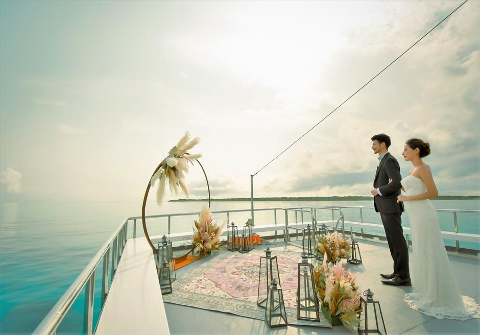 沖縄石垣島 竹富島小浜島の近海環礁上 アイランド・クルージング・ウェディング 船上の幻想的な挙式会場入場シーン