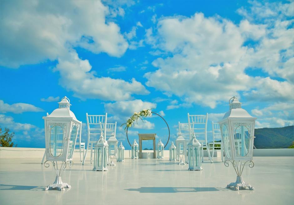 星の宿川平・石垣島沖縄結婚式│オーシャンフロント・ルーフトップ挙式│青と白のコントラストが美しい挙式会場