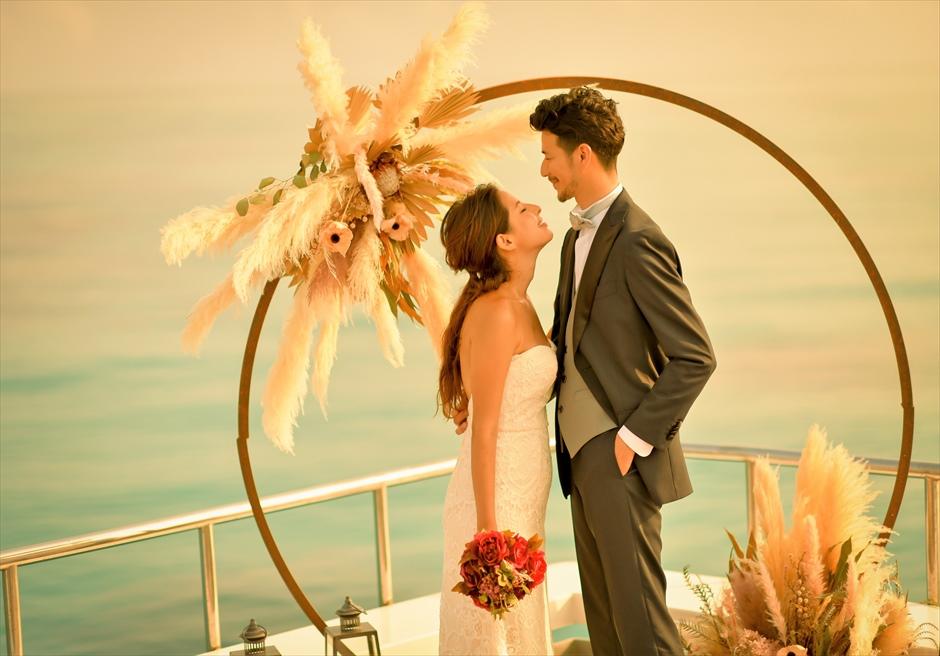 石垣島出航・小浜島竹富島クルーズ挙式 船上サンセット・ウェディング アーチ越しに海が広がる貴重な結婚式