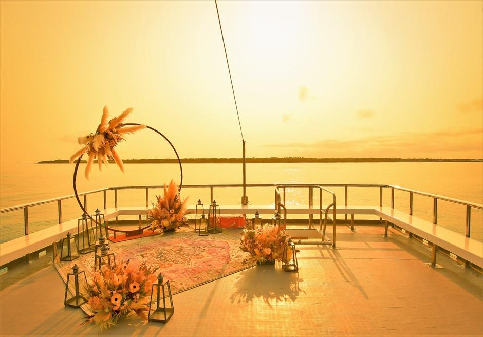 石垣島就航アイランド・クルーズ結婚式 小浜島竹富島近海・船上サンセット挙式 夕日を目の前に望む挙式会場
