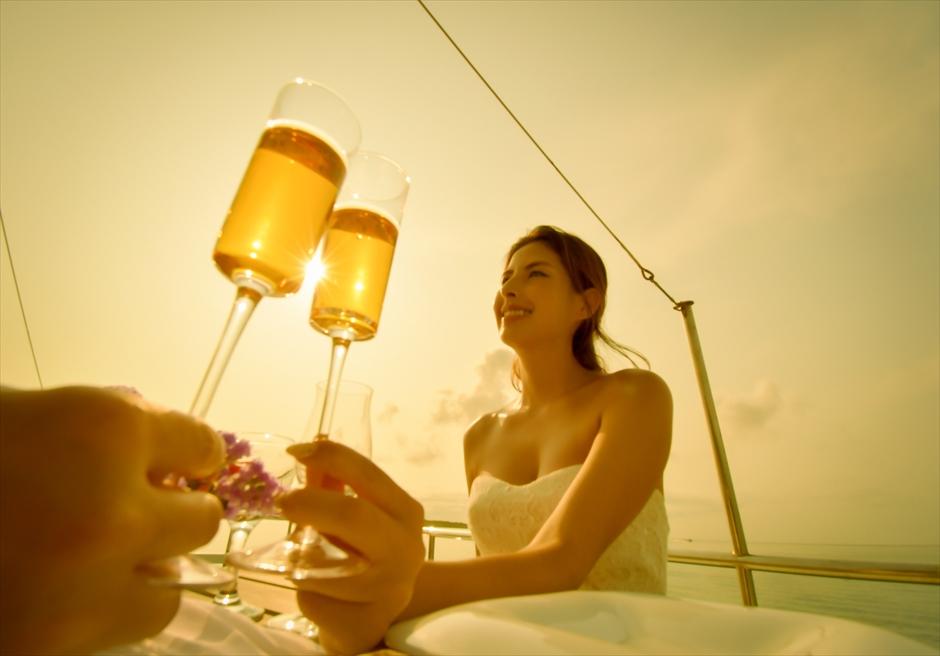 石垣島出航・小浜島竹富島クルーズ挙式 船上サンセット・ウェディング 挙式後乾杯シーン