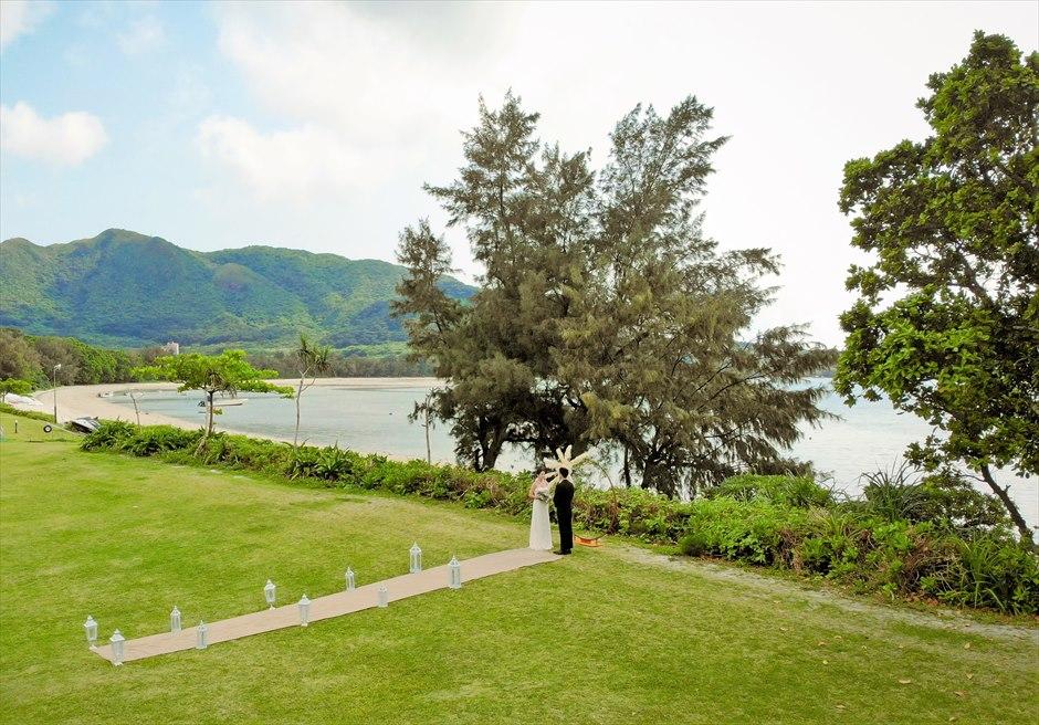 石垣シーサイドホテル・沖縄結婚式│ビーチフロント・ガーデン・ウェディング│緑深い山々と木々に囲まれたガーデン挙式会場