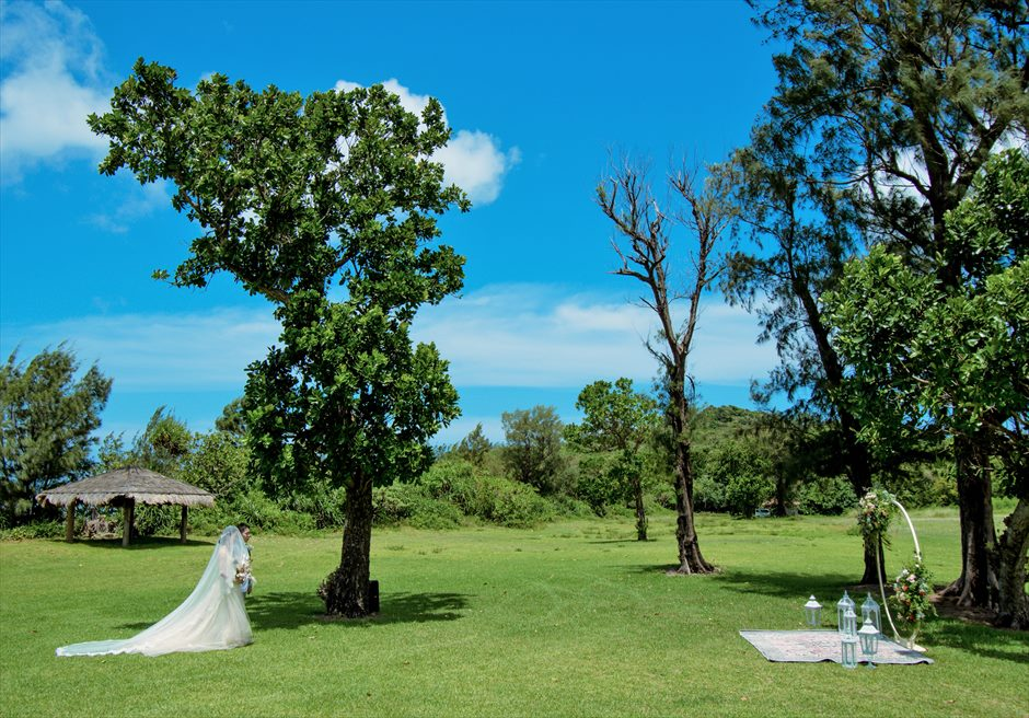 石垣シーサイドホテル挙式・結婚式 ツリー・ガーデン・ウェディング ガーデン挙式会場入場シーン