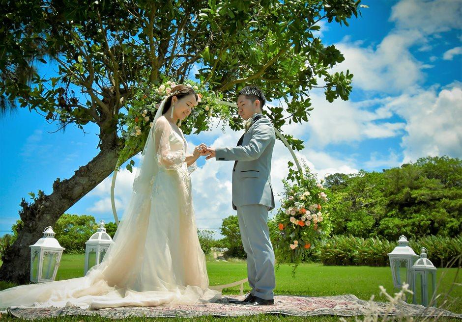 石垣シーサイドホテル挙式・結婚式 ツリー・ガーデン・ウェディング カーペット上での指輪交換
