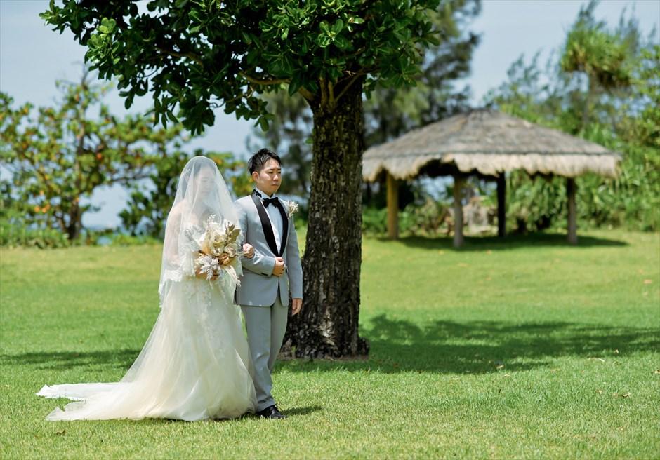 石垣シーサイドホテル挙式・結婚式 ツリー・ガーデン・ウェディング ガゼボを望む入場シーン