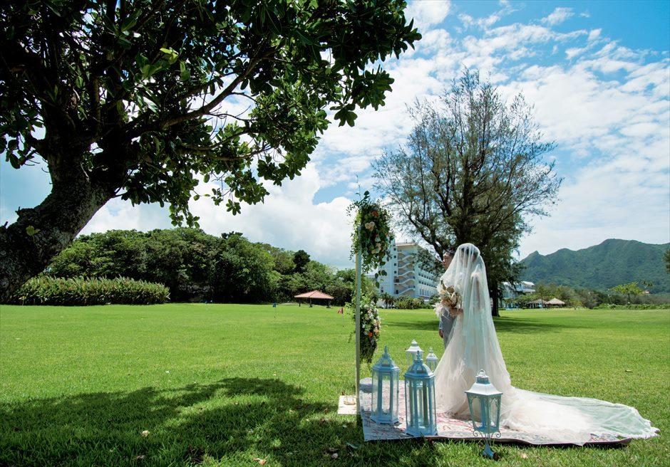 石垣シーサイドホテル挙式・結婚式 ツリー・ガーデン・ウェディング 遠くホテル棟を望む挙式シーン