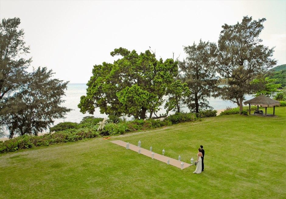石垣シーサイドホテル・沖縄結婚式│ビーチフロント・ガーデン・ウェディング│美しいビーチを一望するガーデン