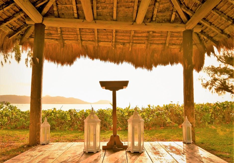 石垣シーサイドホテル・沖縄結婚式 ビーチフロント・ガゼボ・ウェディング 祭壇越しに美しいビーチが広がる
