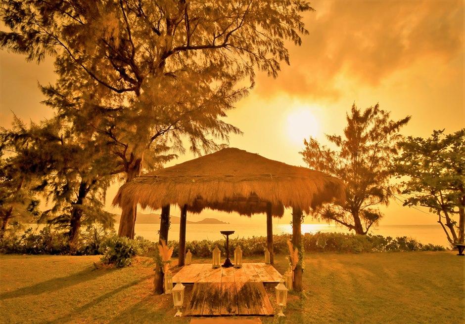 石垣シーサイドホテル・沖縄結婚式 ビーチフロント・ガゼボ・ウェディング サンセット挙式では目の前に夕日が沈む