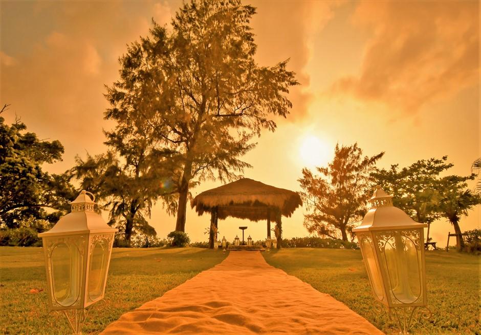 石垣シーサイドホテル・沖縄結婚式 ビーチフロント・ガゼボ・ウェディング 広大なガーデンを入場するバージンロード