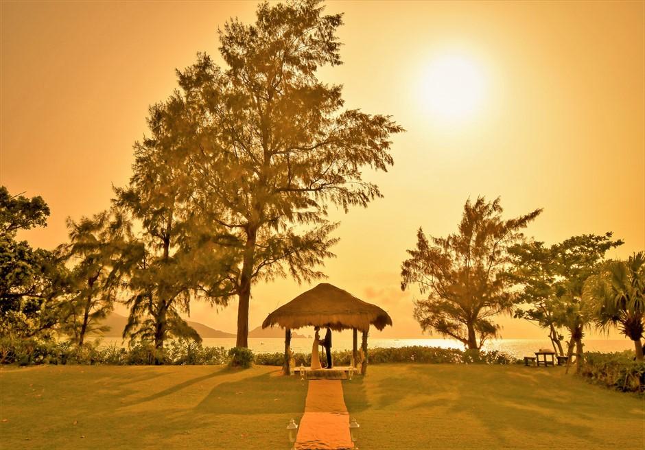 石垣シーサイドホテル・沖縄結婚式 ビーチフロント・ガゼボ・ウェディング 夕日を舞台にしたサンセット挙式