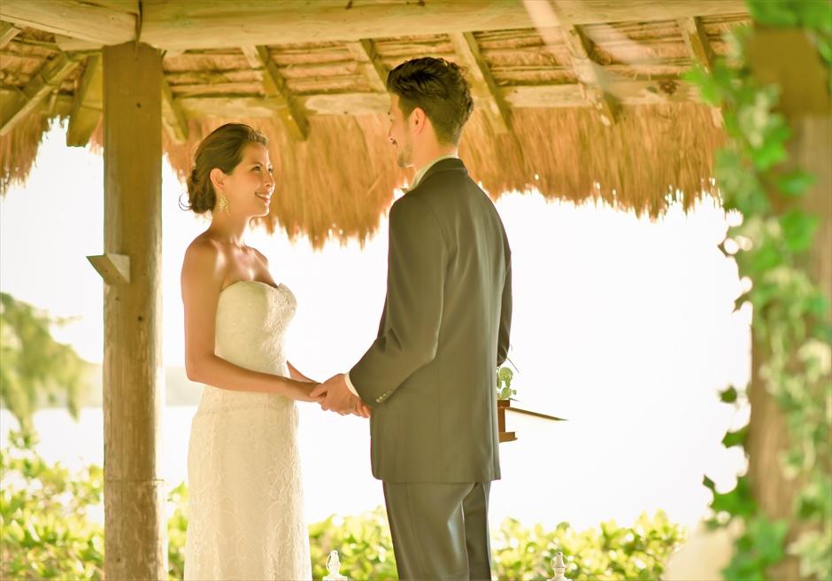 石垣シーサイドホテル・沖縄結婚式 ビーチフロント・ガゼボ・ウェディング 美しい海と木々に囲まれた挙式シーン
