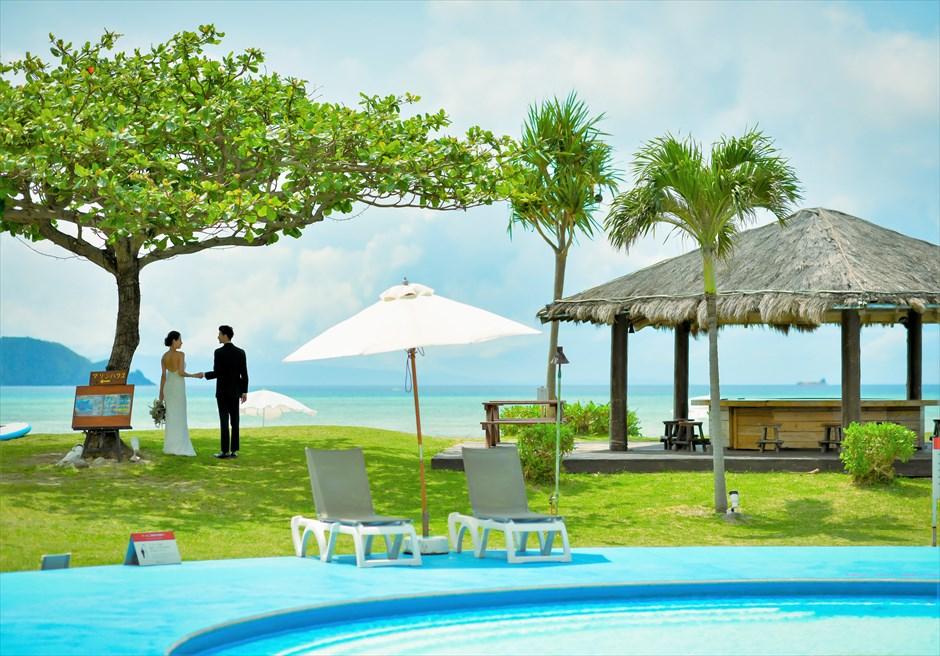 石垣シーサイドホテルビーチへ続くリゾートガーデン・フォトウェディング