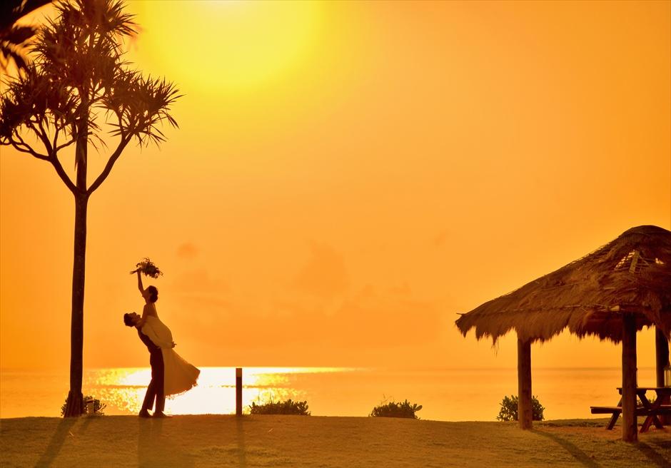 石垣シーサイドホテルフォトウェディングリゾートガーデンの目の前に夕日を一望する