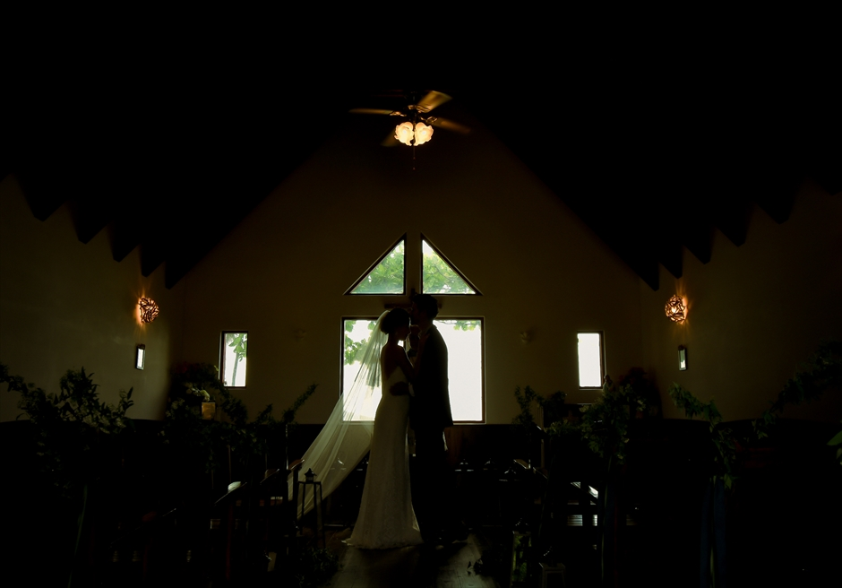 聖カビラ教会・石垣シーサイドホテル結婚式│チャペル・ウェディング│祭壇越しにビーチが広がるチャーチ