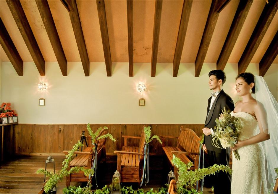 聖カビラ教会・石垣シーサイドホテル結婚式│チャペル・ウェディング│ナチュラルテイストな木目のチャーチ