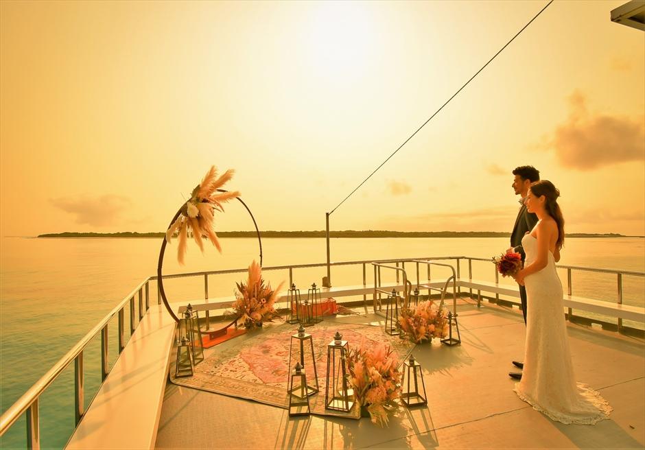 石垣島・八重山諸島アイランド・クルーズ挙式 小浜島竹富島近海・船上サンセット結婚式 夕日が目の前に沈む挙式会場入場シーン