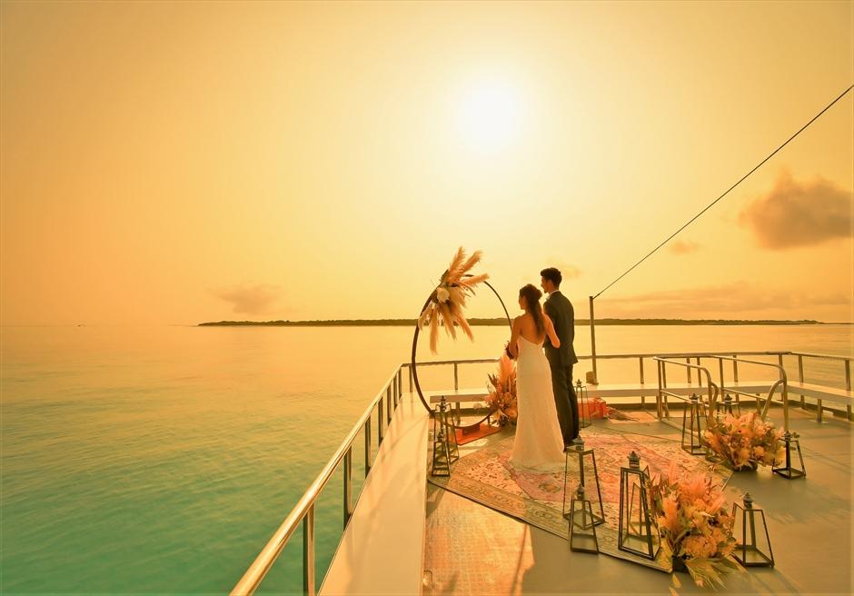 石垣島・八重山諸島アイランド・クルーズ挙式 小浜島竹富島近海・船上サンセット結婚式 美しい海と夕日を独占する幻想的な挙式