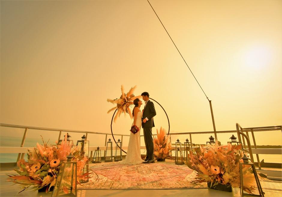 石垣島・八重山諸島アイランド・クルーズ挙式 小浜島竹富島近海・船上サンセット結婚式 沖縄随一に幻想的なウェディングシーン